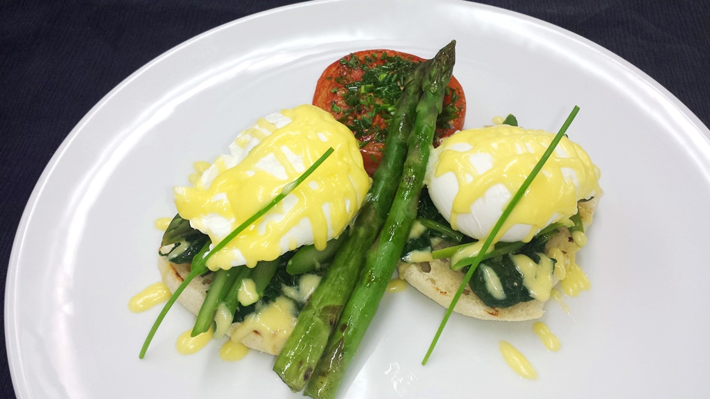 10 Asparagus Bénédict Toasted Muffin, Spinach, Grilled Asparagus, Poached Egg, Hollandaise Sauce