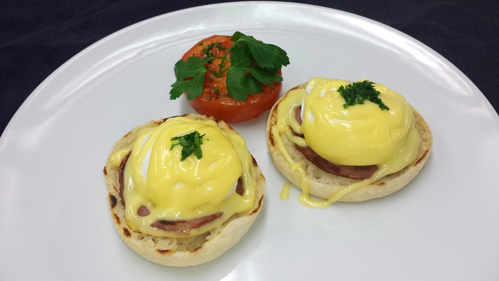 9 Eggs Bénédict Toasted Muffin, Grilled Ham, Poached Egg, Hollandaise Sauce