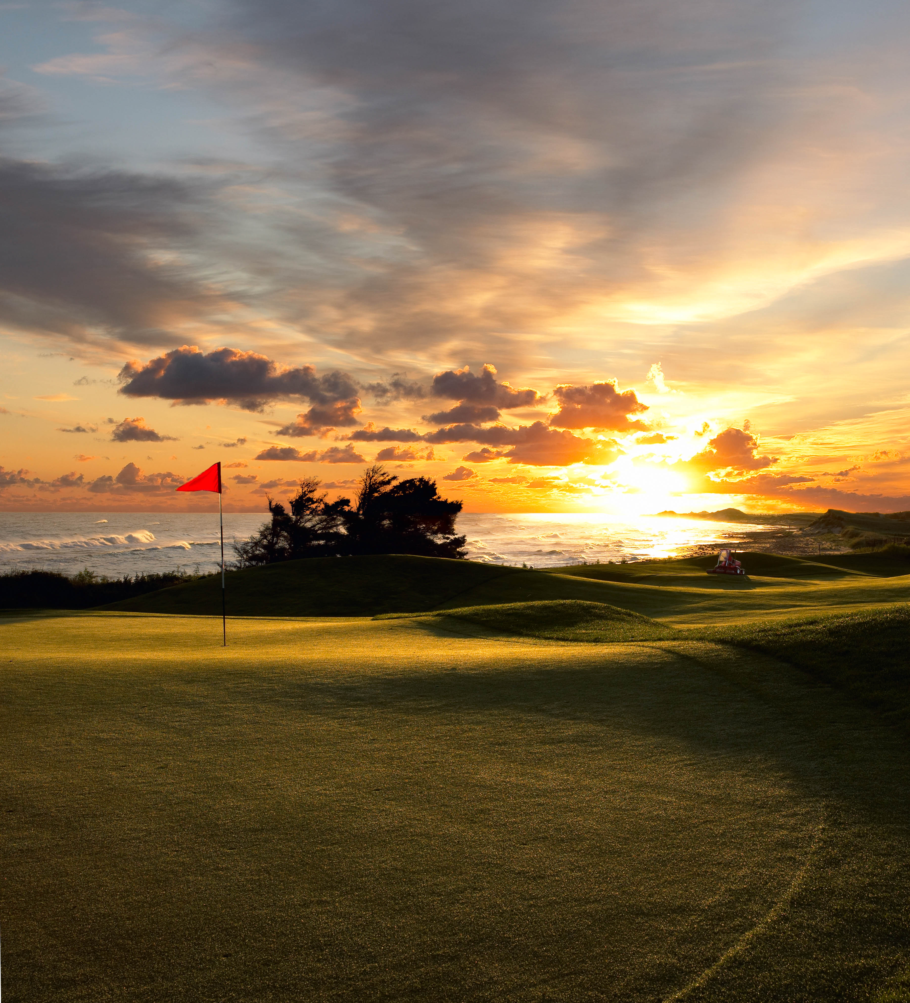 Golf OOE Crowbush 16th green and beach